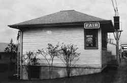 Cabin-FAIR-NY Worlds Fair-5-1940.jpg (85038 bytes)