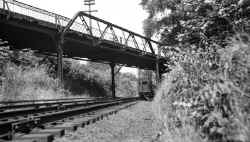 MU Train-EB-Colonial Rd Iron Bridge-E of Great Neck - View W -c. 1940 (Keller).jpg (73010 bytes)