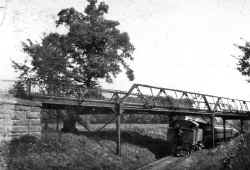 Ping-Pong Loco-Train-WB-Grace Ave Iron Bridge-E. of Great Neck - View E - c. 1905 (Keller).jpg (65051 bytes)