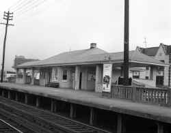 Station-Broadway-Flushing-View NW - 1967 (Keller-Keller).jpg (85763 bytes)