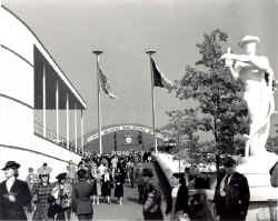 Station-NYWorlds Fair-Fairgrounds-1939.jpg (99016 bytes)